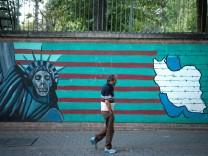 Iran: Ein Mann geht an einer Mauer in Teheran vorbei
