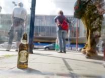 Leere Bierflasche vor dem Hauptbahnhof in München, 2017