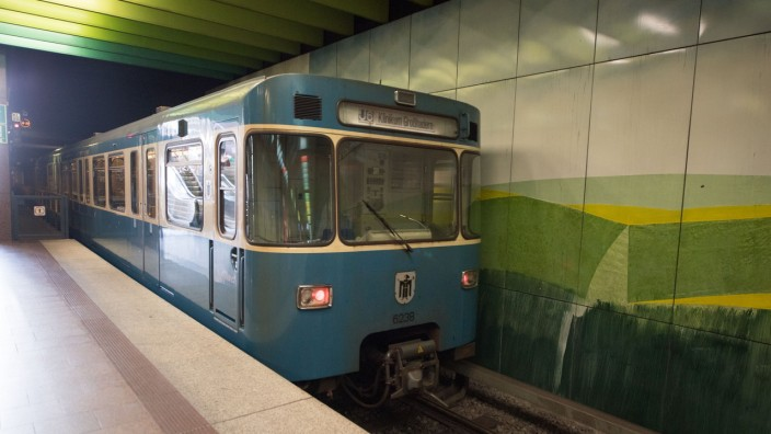Leere U-Bahn am U-Bahnhof Klinikum Großhadern in München
