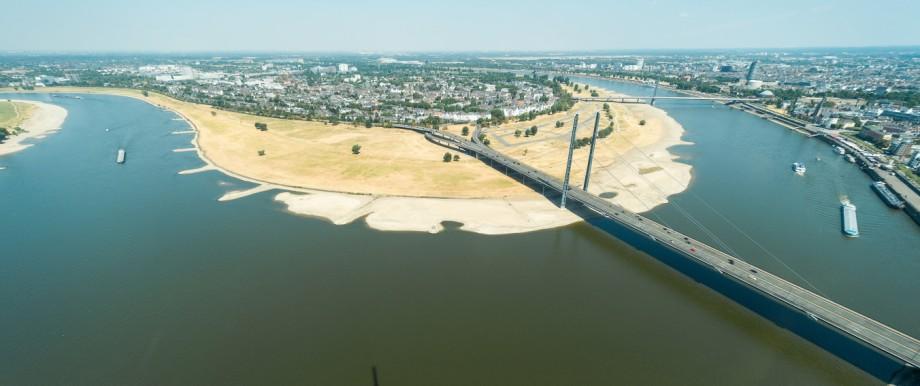 Der Rhein bei Düsseldorf während der Hitzewelle 2018
