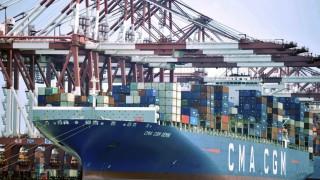 Ein Containerschiff dockt am chinesischen Hafen Qingdao an