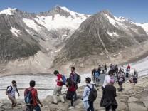 Wanderer blicken auf den Aletschgletscher in der Schweiz