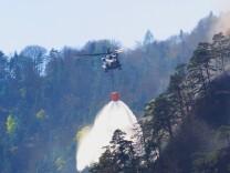 Waldbrand im Gebirge Loeschhubschrauber im Einsatz Deutschland Bayern Thumsee Bad Reichenhall