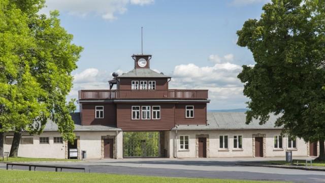 Torgebäude mit Wachturm Gittertor restauriert 2014 erstmals Orginalfarben Konzentrationslager Buc