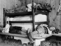 Bergsteiger schlafen in einer Hütte