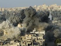 Gaza-Stadt: Eine Rakete schlägt in einem Gebäude ein