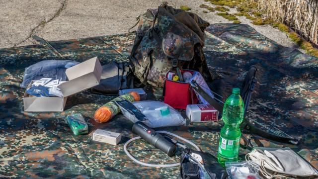 Überlebens Kit eines Preppers für den Katastrophenfall Der Name dieser Bewegung die sich teils mit