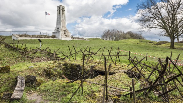 Anhöhe von Vauquois französisches Denkmal vorn Grundmauern Rathaus von Vauquois Erster Weltkrieg