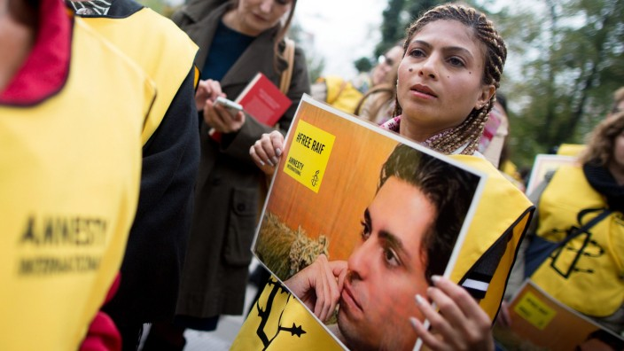 Wife of Saudi blogger sentenced to 1000 lashes continues campaign
