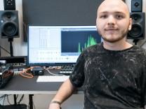 David Nowotny ist als Sound-Designer in einer kleinen Firma tätig, die mitunter für BMW an Motorengeräuschen arbeitet.