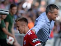 v li Luca Marseiler Unterhaching 30 erhält von Präsident Manfred Schwabl Unterhaching nach se; Fußball