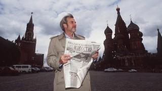 Gerd Ruge in Moskau 05 92 mapo Mann Fernsehen TV Journalismus Bart grauhaarig seriös Mantel quer ha