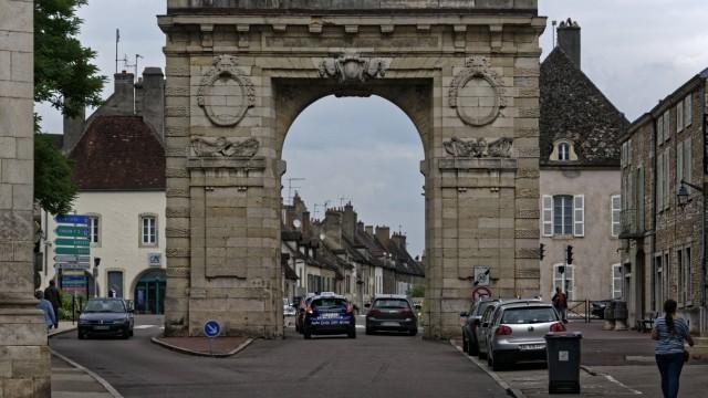 In der Altstadt von Beaune Blick stadtauswärts auf die Porte St Nicolas in der Rue de la Lorraine