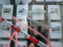 Eingeschmissene Schaufenster der Immobilienfirma Finestep an der Ecke Humboldt-/Sommerstraße in Untergiesing