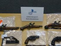 Migrantenschreck Anklage Waffen Gewehr Revolver Pistole