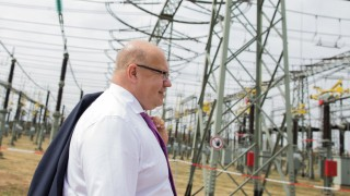 Bundeswirtschaftsminister Peter Altmaier besucht die Baustelle für eine neue Stromtrasse.