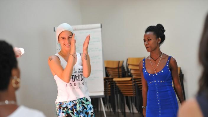Rap-Workshop mit Taiga Trece (links) für geflüchtete Frauen im Bellvue di Monaco.