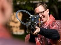 Start-up, das eine neuartige Wasserpistole entwickelt hat, Hochschule München Inkubator. Spyra-Wasserpistole, die ein einzelnes kompaktes Wassergeschoß verschießt (im Gegensatz zu einem Wasserstrahl, also wie bei einer herkömmlichen Wasserpistole, nur