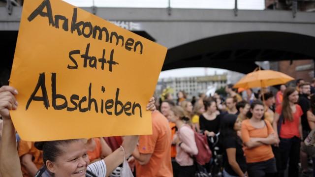 Aktivisten der Aktion Seebrücke demonstrieren mit einem Flashmob zu Lande und auf der Spree an der B