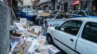 Müllberge liegen zwischen parkenden Autos an einer Hauswand Müllberge gehören in Neapel zum alltägl