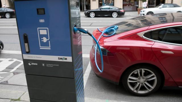 Ladestationen oder Ladesäulen für Elektroautos in der Maximilianstraße