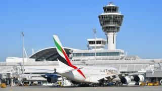 Airbus A380 der Fluggesellschaft Emirates mit Tower Flughafen München Bayern Deutschland Europa