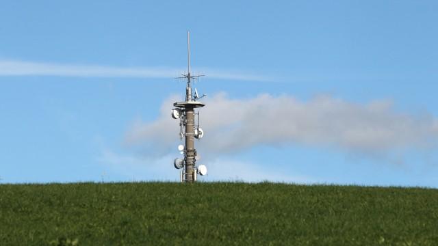 Mobilfunkmast auf grüner Wiese