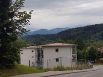 """das Thema """"Wohnen"""" ist in Bad Tölz ein Dauerbrenner. Mit den neuen 18 Wohnungen An der Osterleite erweitert die Stadt Bad Tölz ihr Portfolio an bezahlbaren Mietwohnungen auf insgesamt rund 320 städtische Appartements"""