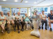 "Pflegeroboter ""Pepper"" im Marienheim Siegen, Pflege Roboter Altenheim Seniorenheim"