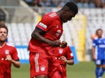 Kwasi Okjere Wriedt und Kollegen FC Bayern II Torjubel Fussball Regionalliga Bayern Grünw