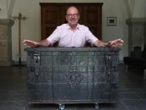 Alte Truhe im Weingut Juliusspital entdeckt