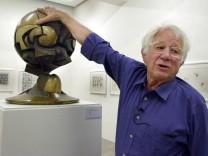 """Fritz Koenig mit dem kugelförmigen Modell """"Sphere"""""""