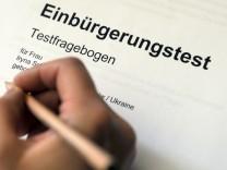 Eine Person füllt einen Einbürgerungstest aus