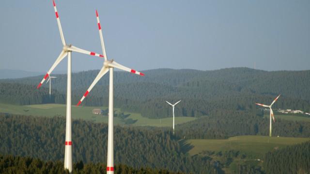 Windräder im Wald