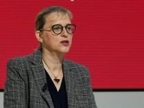 Dr. Hiltrud Werner bei der Vorstellung Bericht nach dem Abgas-Skandal