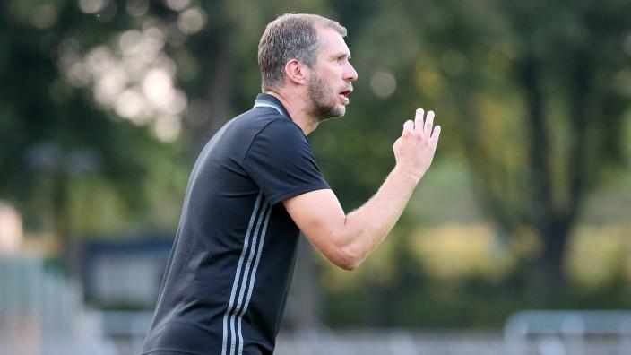 v li Trainer Jochen Seitz SV Viktoria Aschaffenburg gibt Anweisungen gestikuliert mit den Arme; Jochen Seitz