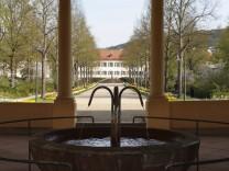 Bad Bocklet ist bekannt für sein Heilwasser. Die Mutter des Märchenkönigs Ludwig II., Marie von Bayern, soll dort erfolgreich eine Kur absolviert haben.