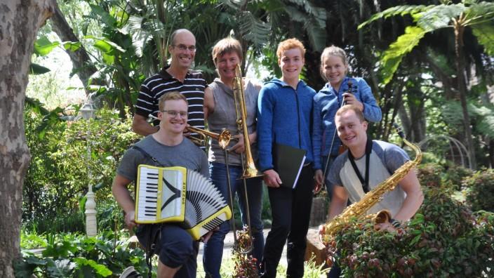 Familie Hacker von links: David (24, Akordeon), Uwe (55, Trompete), Brigitte (52, Posaune), Paul (15, Klavier), Marie (11, Geige), Florian (22, Saxophon).