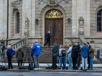 Journalisten stehen vor dem Landgericht in Landau während des Prozesses um den Fall Mia