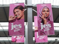 Mulitkulturelle Werbeplakate am Münchner Hauptbahnhof