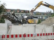 Prallbrecher bei Abriss des ehemaligen Postlerwohnheims