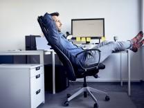 Büro-Angestellter entspannt sich