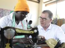 Bundesentwicklungsminister Gerd Mueller CSU besucht die Fluechtlingssiedlung Rhino in Uganda Camp