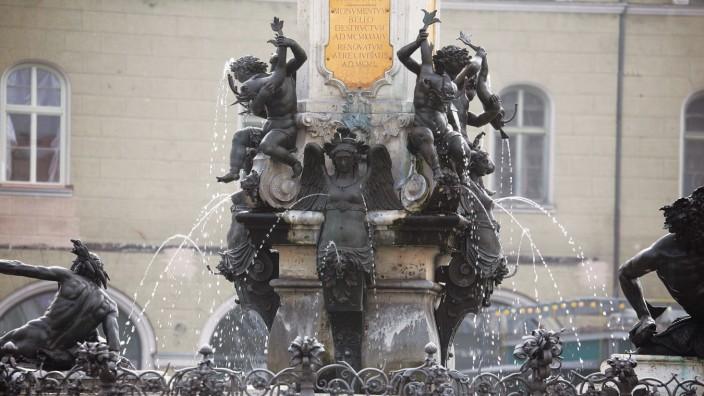 Der Augustusbrunnen am Rathausplatz ist einer von drei Prachtbrunnen in Augsburg.