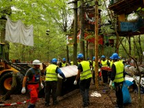 Police and workers clear the 'Hambacher Forst\