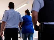 Staufen-Prozess: Verurteilte Mutter wird aus dem Gerichtssaal gebracht