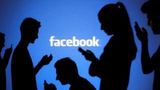 Menschen vor einem Facebook-Logo