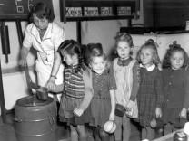 Schulkinder bekommen ihre Essensration, 1947, SZ-Adventskalender