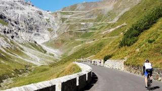 Berge und Wandern Mit dem Rad auf den Bergpass