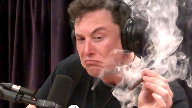 Auf dem Screenshot ist der Tesla-Chef Musk in einem Studio. In der Hand hält er einen stark qualmenden Joint.